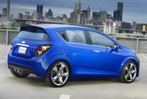 Chevrolet Aveo, цена на него уже выше, чем у предыдущих рассматриваемых вариантов, но и размеры авто значительно больше, что делает Aveo более функциональным